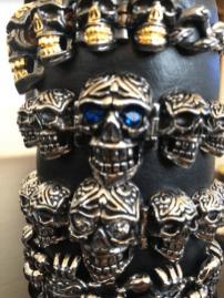 Cráneos en color plata con detalles en azul y amarillo