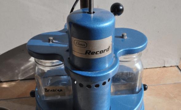 Herramienta para lavar piezas de reloj en color azul con dos envases de cristal
