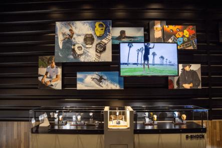 Vitrina con relojes Casio e Imagenes de relojes y personas en la parte de arriba