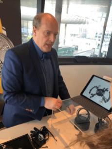 Karsten con una tablet explicando sobre algun tema
