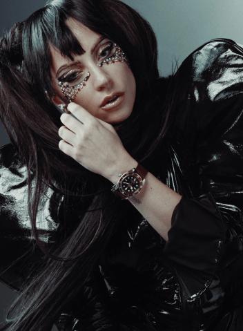 Lady Gaga vestida de negro con cabello negro y reloj Tudor