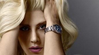 Lady Gaga Tudor con cabellos suelto y reloj en color plateado con detalle en azul en la muñeca