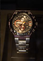 Reloj MR-G Casio en color plateado con detalles en color lila y anaranjado