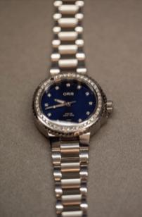 Reloj Oris en color plata con el centro en color azul e incrustaciones de diamantes