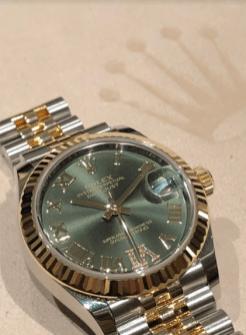 Reloj en color plata con dorado y caratula en color verde pálido