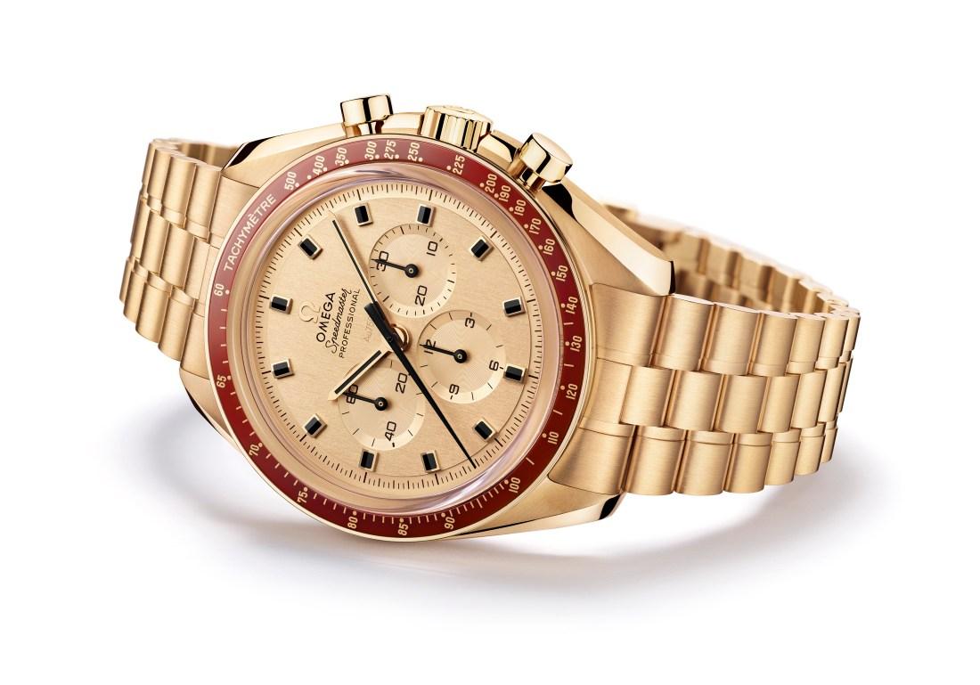 Reloj Speedmaster en color oro con detalle rojo con fondo blanco