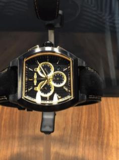 Reloj en color negro con detalles en color dorado