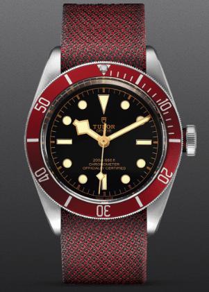 Reloj Tudor rojo con detalles en negro y dorado