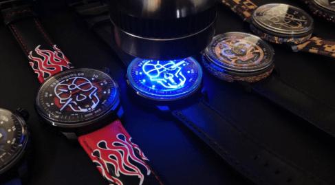 Diversos relojes de diferentes colores con una calavera al centro