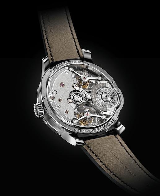 Reloj Tourbillon visto por detrás con detalles en plateado con dorado y pequellos diamantes rosas