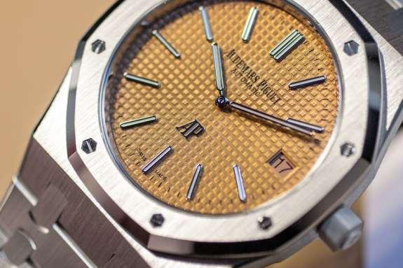 Caratula de un reloj Audemars Piguet color amarillo y plateado con Guilloché Technique