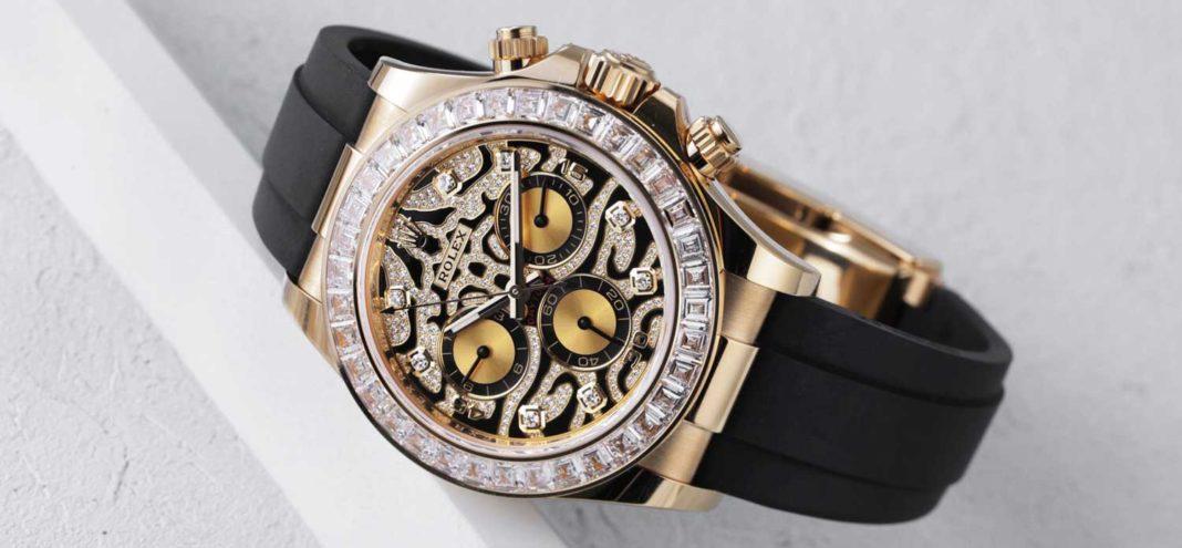 Reloj Rolex con correas negras detalles en color dorado y diamantes blancos