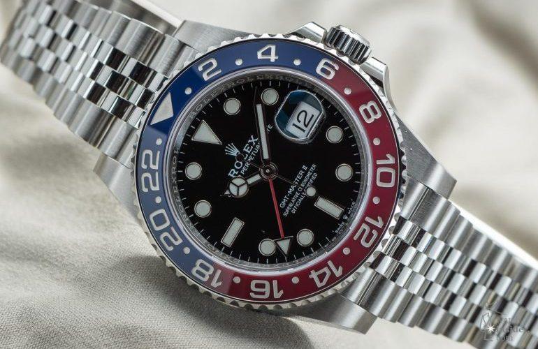 Reloj Rolex GMT Master II en color plateado con la cartula en color azul con rojo y negro