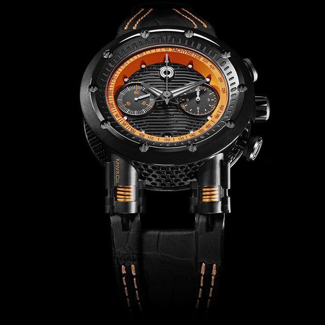 Reloj MW&Co en color negro con detalles en color naranja