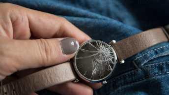 Reloj descompuesto con correas en café y caratula estrellada