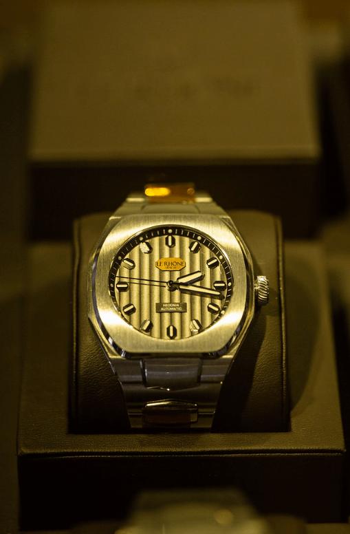 Reloj en color dorado en un estuche