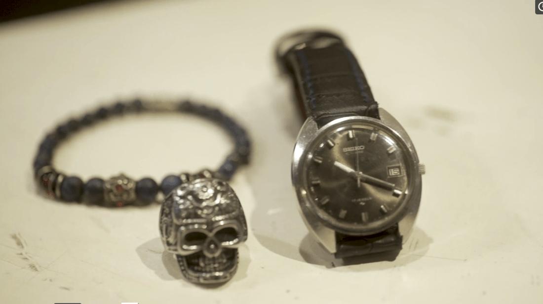 Reloj Seiko negro, pulsera azul y anillo en forma de calavera