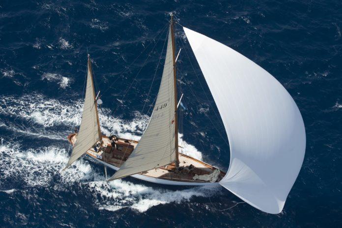 Queche Bermudeño navegando en el mar