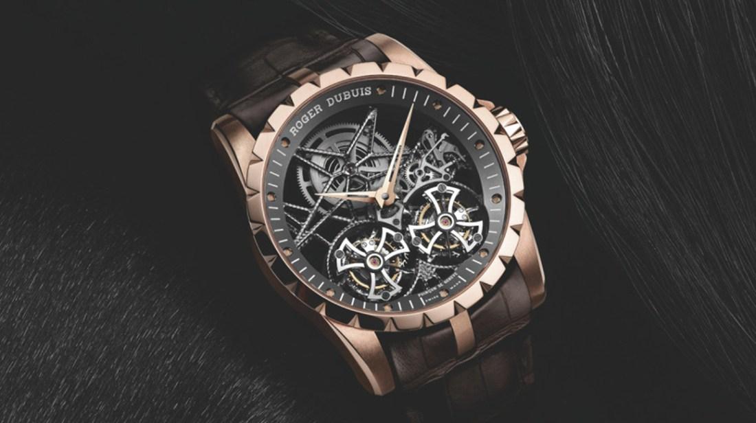 Reloj Excalibur 42 Automatic Skeleton con correas negras y detalles en color dorado con plateado visto de frente