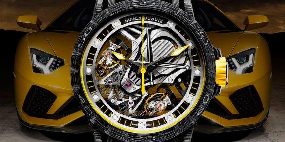 Reloj en color nergo con detalles en amarillo con plateado y al fondo un automóvil amarillo