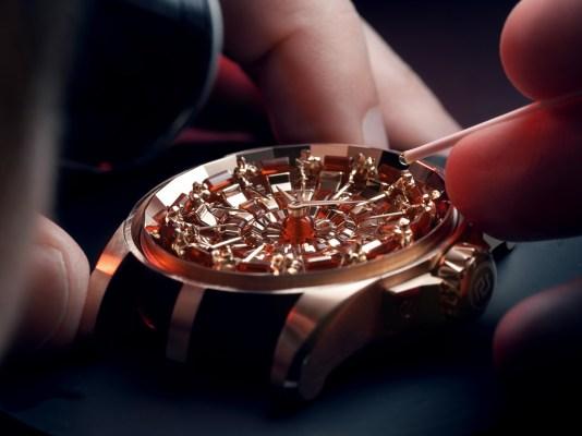 Caratula de un reloj dorado en proceso