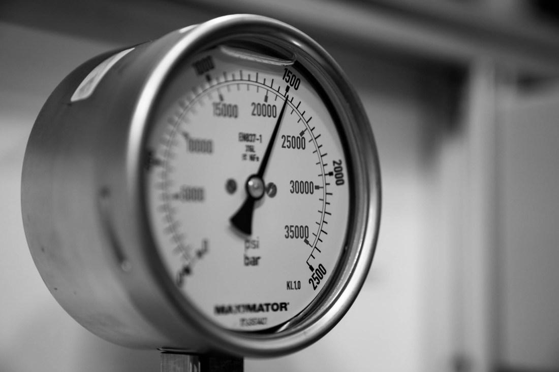 Manómetro de presión en color plateado con blanco y números en negro