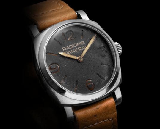 Reloj Radiomir con correas en café y caratula plateada con negro con fondo negro