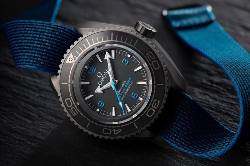 Reloj Omega con correas en azul y caratula en color gris con negro y detalles en azul con blanco