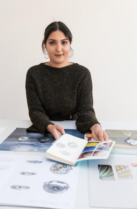 Chahnez Brandt sentada frente a una mesa con varios bocetos de relojes
