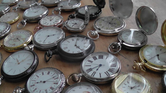 Colección de relojes antiguos sobre una mesa