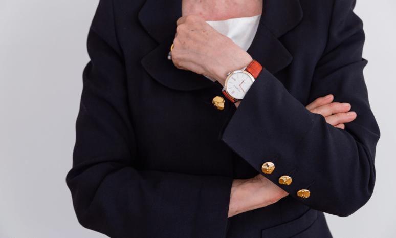 Brazo de Elizabet Fischer con un reloj en tono naranja