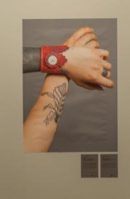 Reloj en forma de pulsera en tono rojo