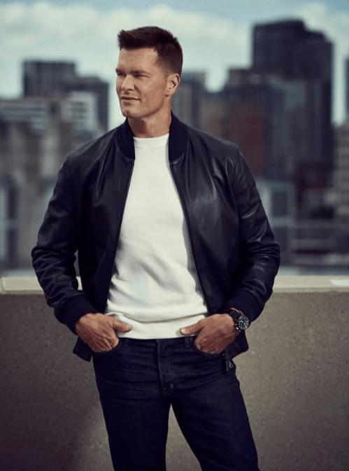 Tom Brady con playera blanca, sudadera negra y pantalon negro