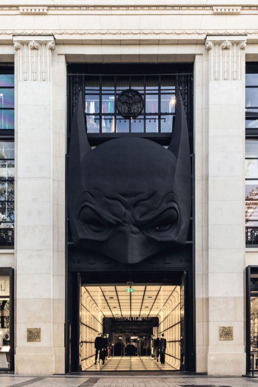 Entrada al edificio con la figura de batman en color negro
