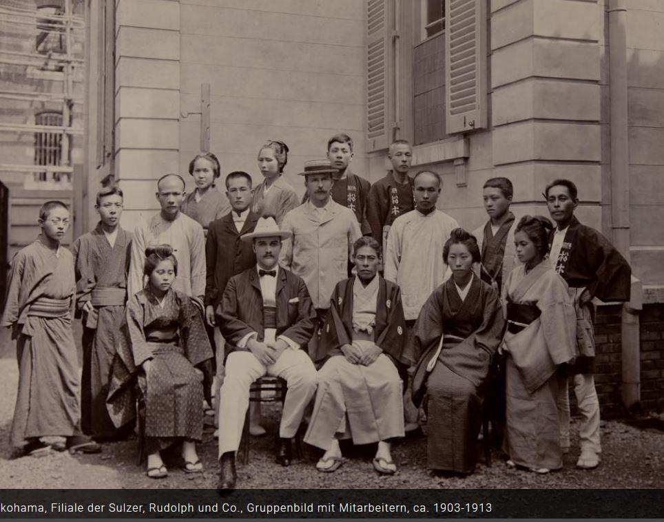 Fotografía antigua con un grupo de hombres y mujeres