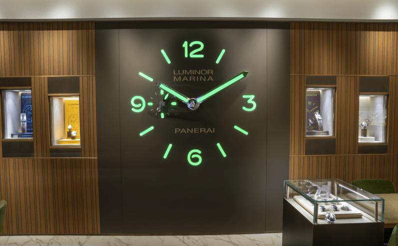 Reloj en la pared con los números en color verde fosforescente