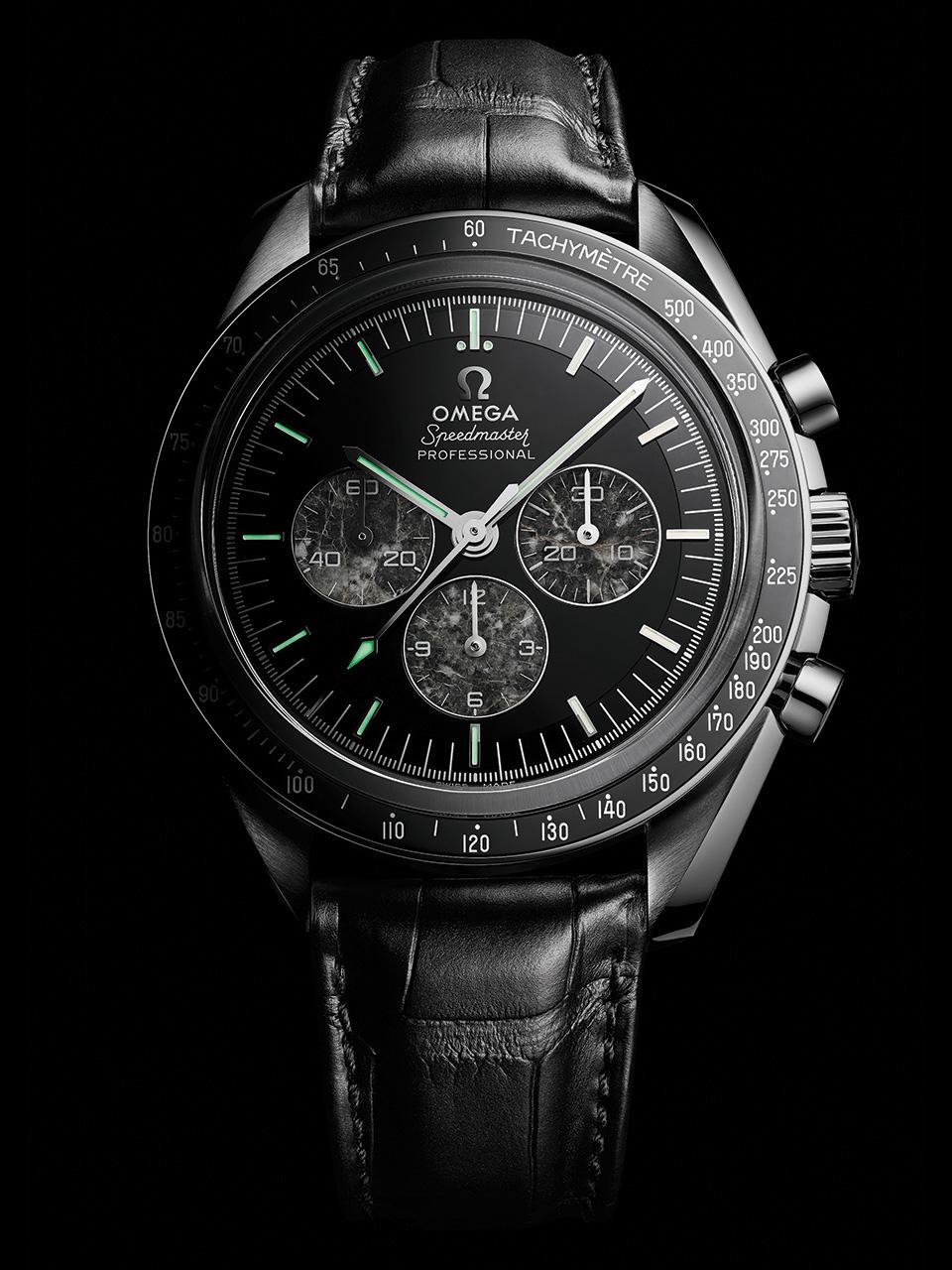 Omega Speedmaster Moonwatch con correas negras, caratula plateada y dial negro con tres subesferas