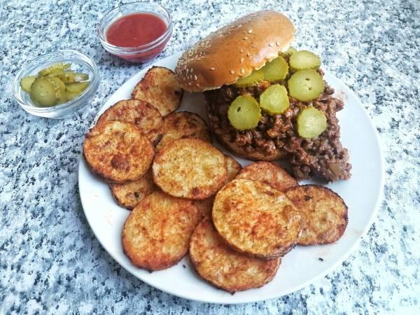 BBQ Sloppy Joe zemičke prženi krompir kiseli krastavčići