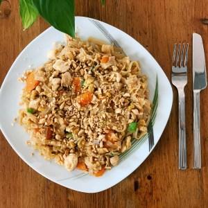 pad thai piletina pirinčane nudle šargarepa kikiriki soja sos