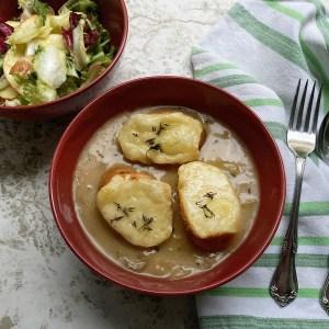 Crni luk Miks zelenih salata Jabuka Limun Emmental Slatko jabukovo sirće Senf Dehidrirane pečurke Majčina dušica Baget