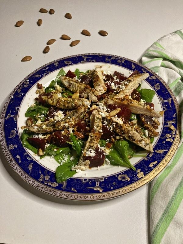 Pileći file Baby spanać Kuvana cvekla Kozji sir Bademi Marinada susamovo ulje, javorov sirup, jabukovo sirće, senf, soja sos