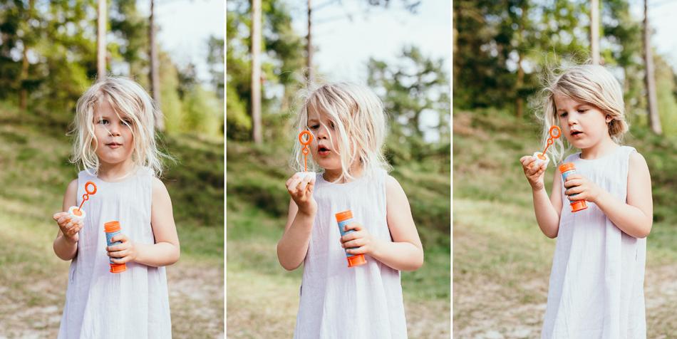 Familienfotos in Leck Mädchen macht Seifenblasen