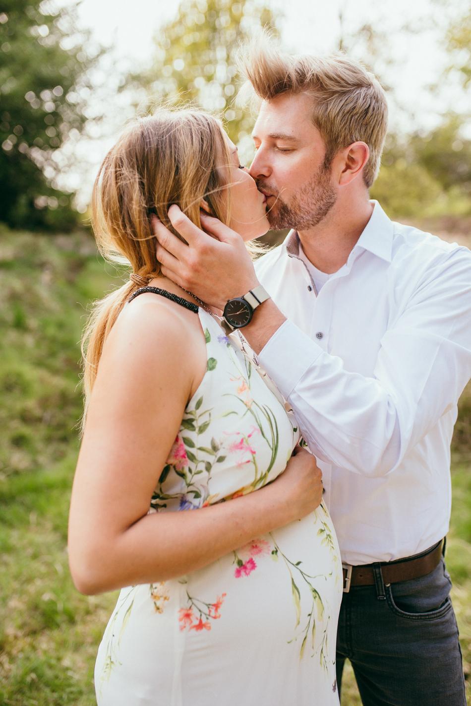 Familienfotos in Leck paar küsst sich verliebt