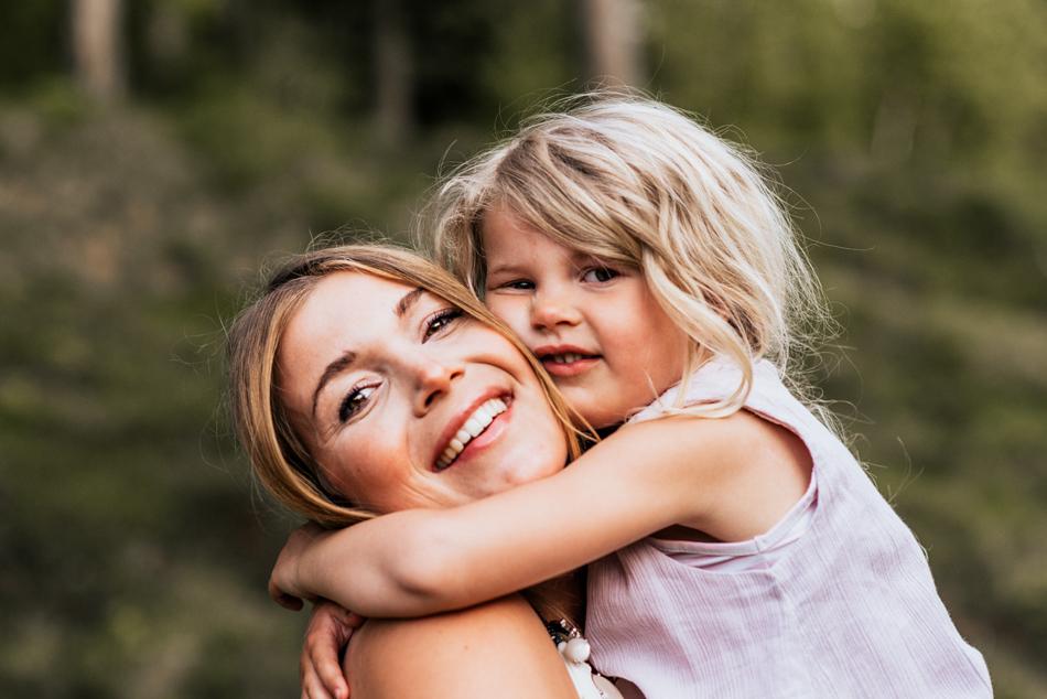Familienfotos in Leck innige Umarmung zwischen Mutter und Tochter