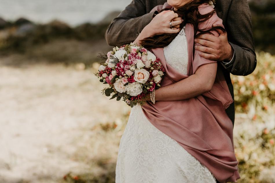 Brautpaar bei Hochzeitsfotoshooting am Glücksburger Schloss und Steg