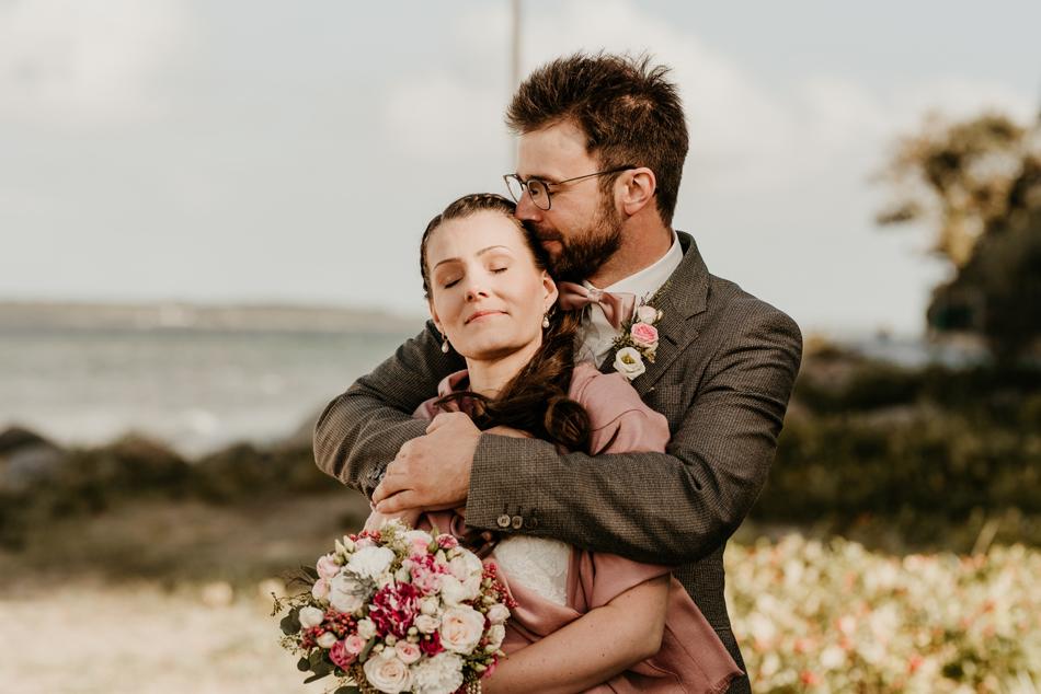 Brautpaar in inniger Umarmung bei Hochzeitsfotoshooting am Glücksburger Schloss