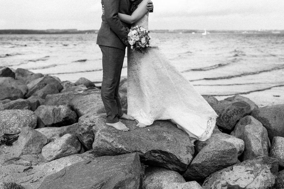 Brautpaar barfuss bei Hochzeitsfotoshooting am Glücksburger Strand