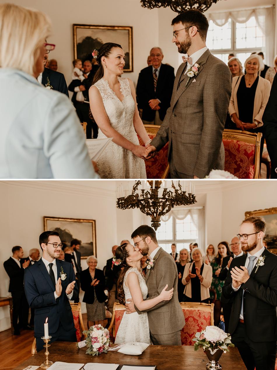 Der erste Kuss als Ehepaar nach der Trauung im Schloss Glücksburg