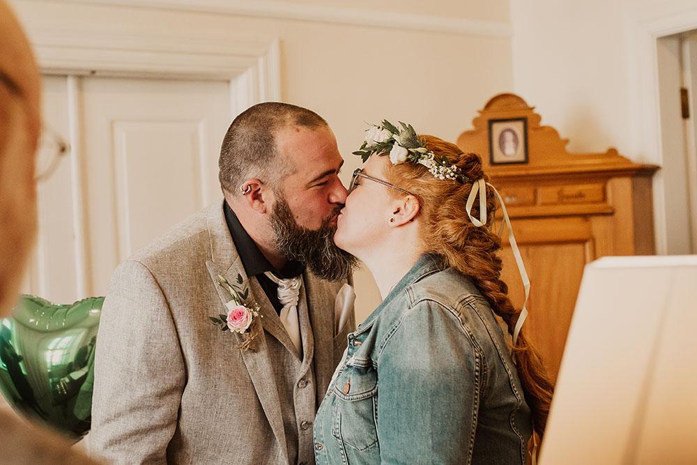 Trauung im Rathaus Arnis - erster Kuss als Eheapar