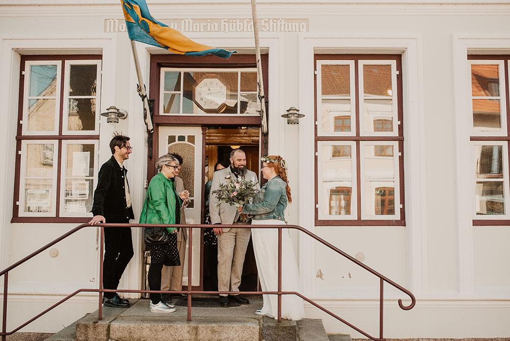 Brautpaar vor dem Rathaus Arnis an der Schlei ein